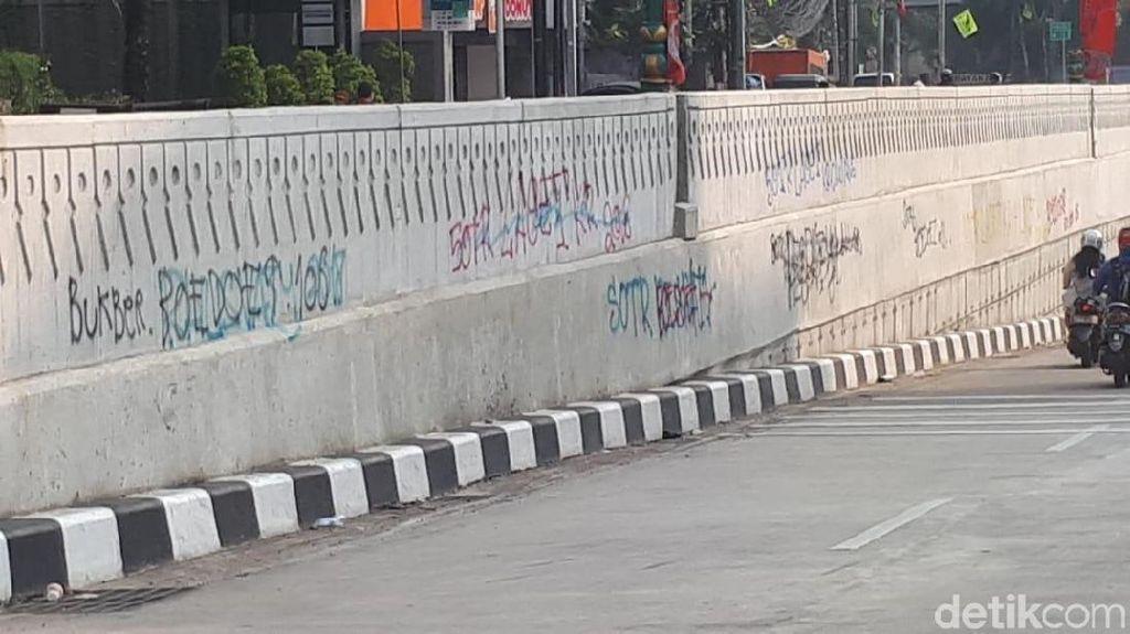 Foto: Kotornya Underpass Mampang Gara-gara Coretan SOTR