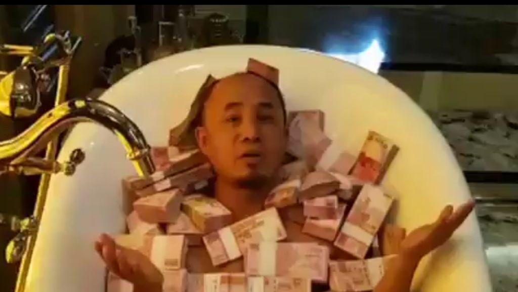 Pria Ini Mandi Duit di Bathtub, Janji Dibagi untuk Amal