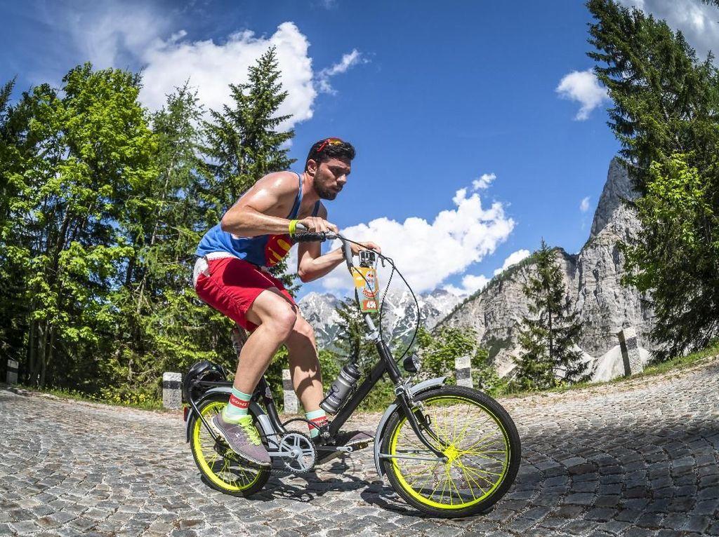 Foto: Serunya Gowes dengan Sepeda Jadul Lintasi Pegunungan di Slovenia
