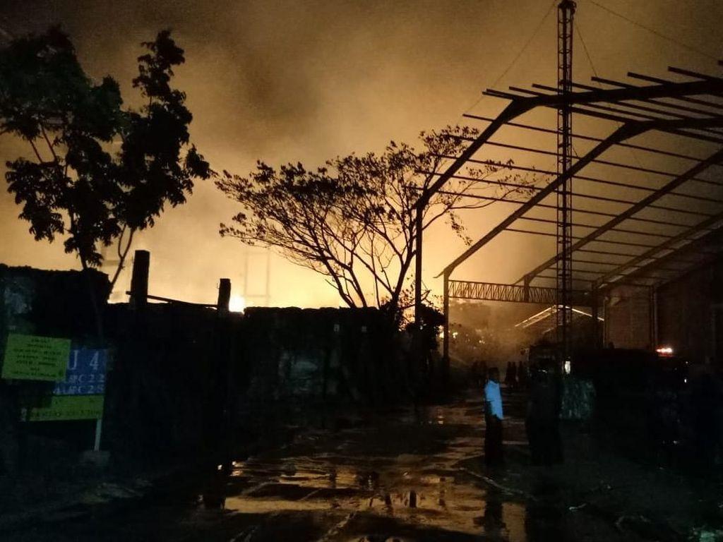 Area Bahan Baku Pabrik Kertas di Mojokerto Terbakar Hebat