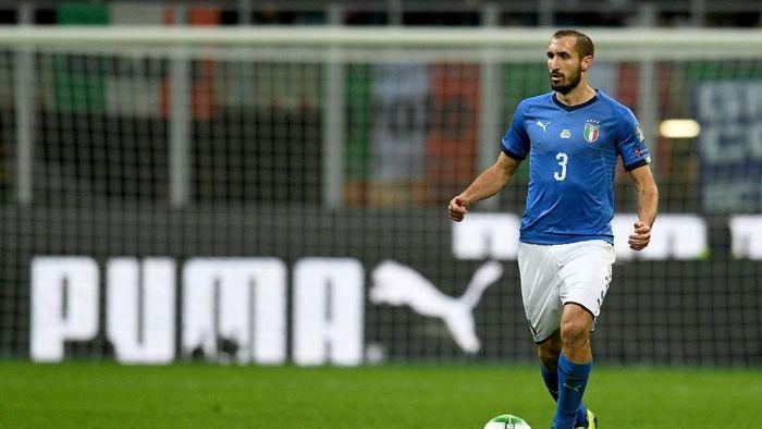 Giorgio Chiellini tengah mempertimbangkan masa depannya di timnas Italia (Foto: Claudio Villa/Getty Images)