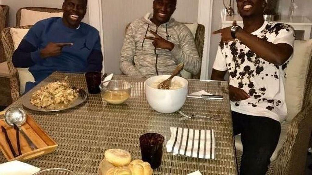 Pesepak Bola Muslim dari MU, Paul Pogba Ternyata Suka Berpose Seru dengan Makanan