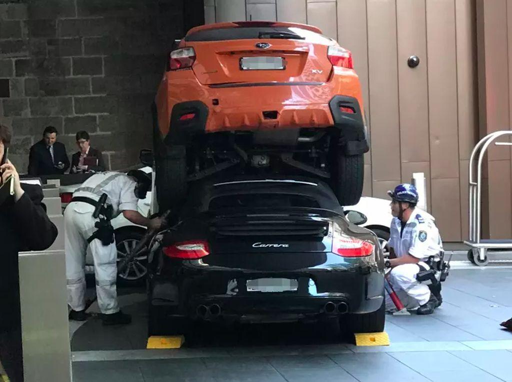 Niat Parkir Valet, Mobil Porsche Ini Malah Ringsek