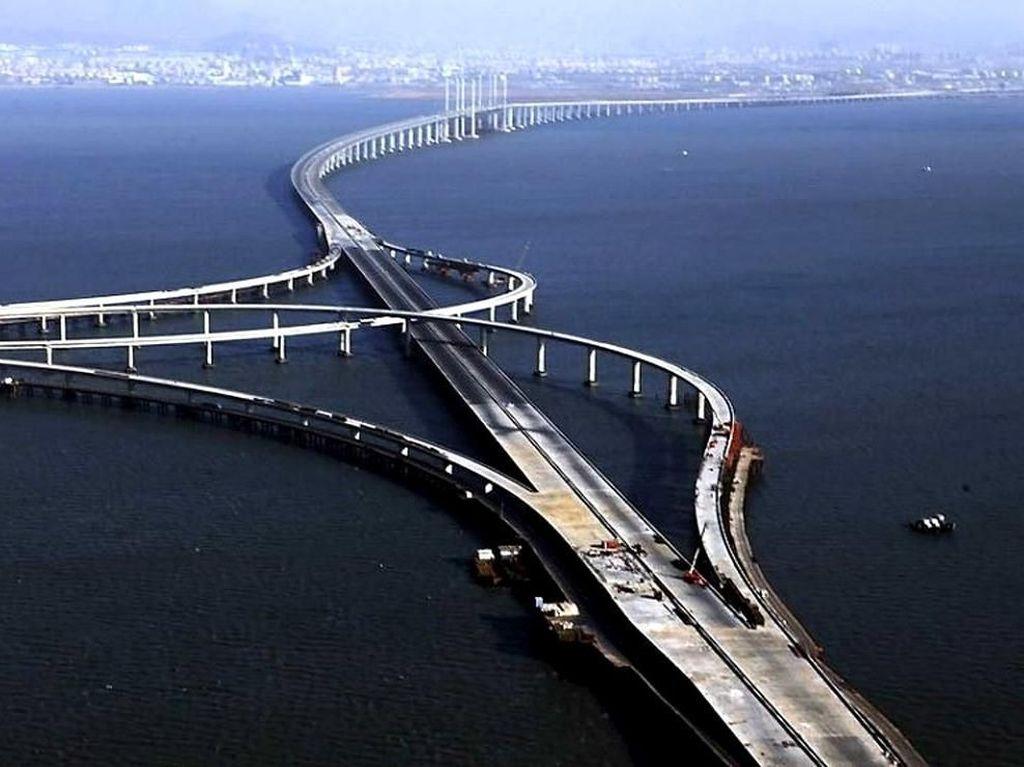 Melaju Tanpa Hambatan di Jembatan Tol Atas Laut Terpanjang di Dunia