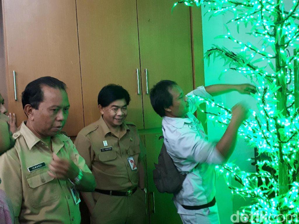 Pohon Imitasi yang Viral Karena Halangi Pejalan Kaki Dipamerkan