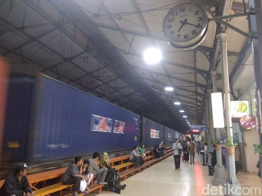 Kejar Kereta Melaju, Porter Nyaris Terlindas di Stasiun Jatinegara