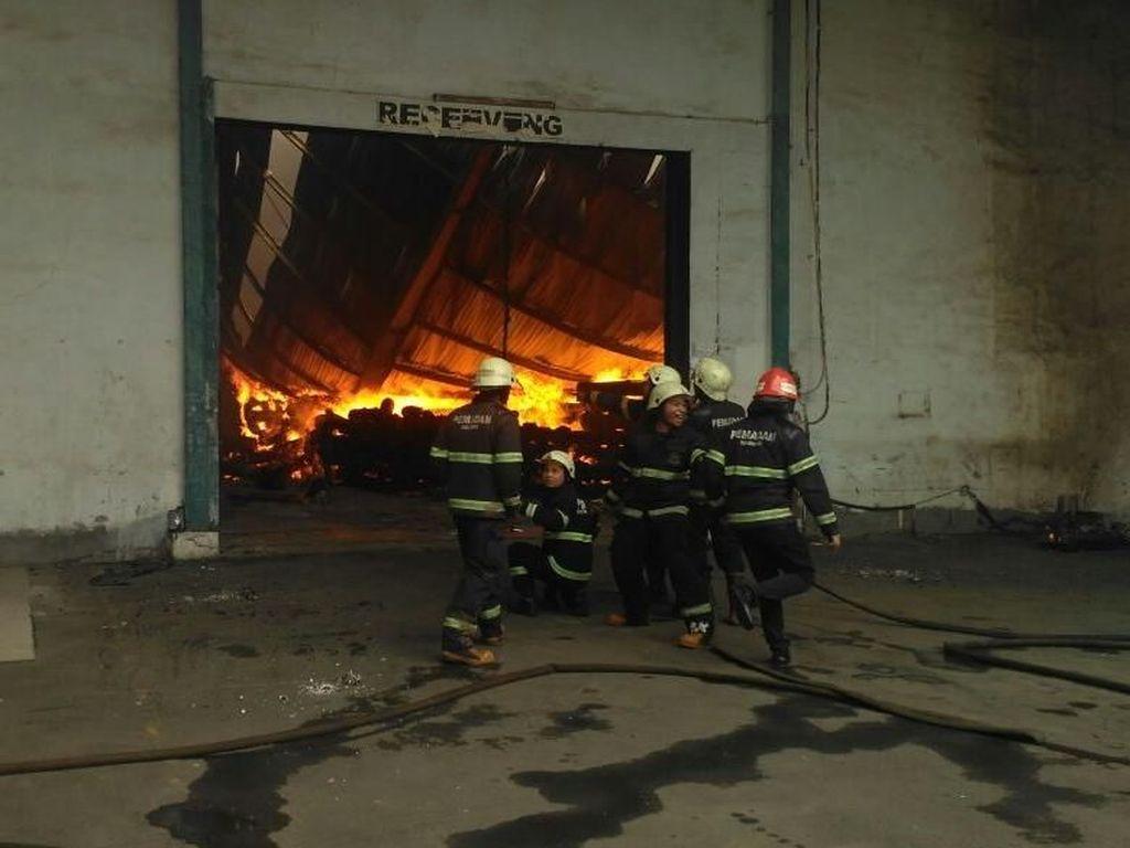 11 Mobil Pemadam Terjun ke Kebakaran Gudang Kapas Bandung