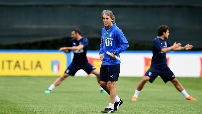 Roberto Mancini saat memimpin Timnas Italia berlatih. (Foto: Claudio Villa/Getty Images)