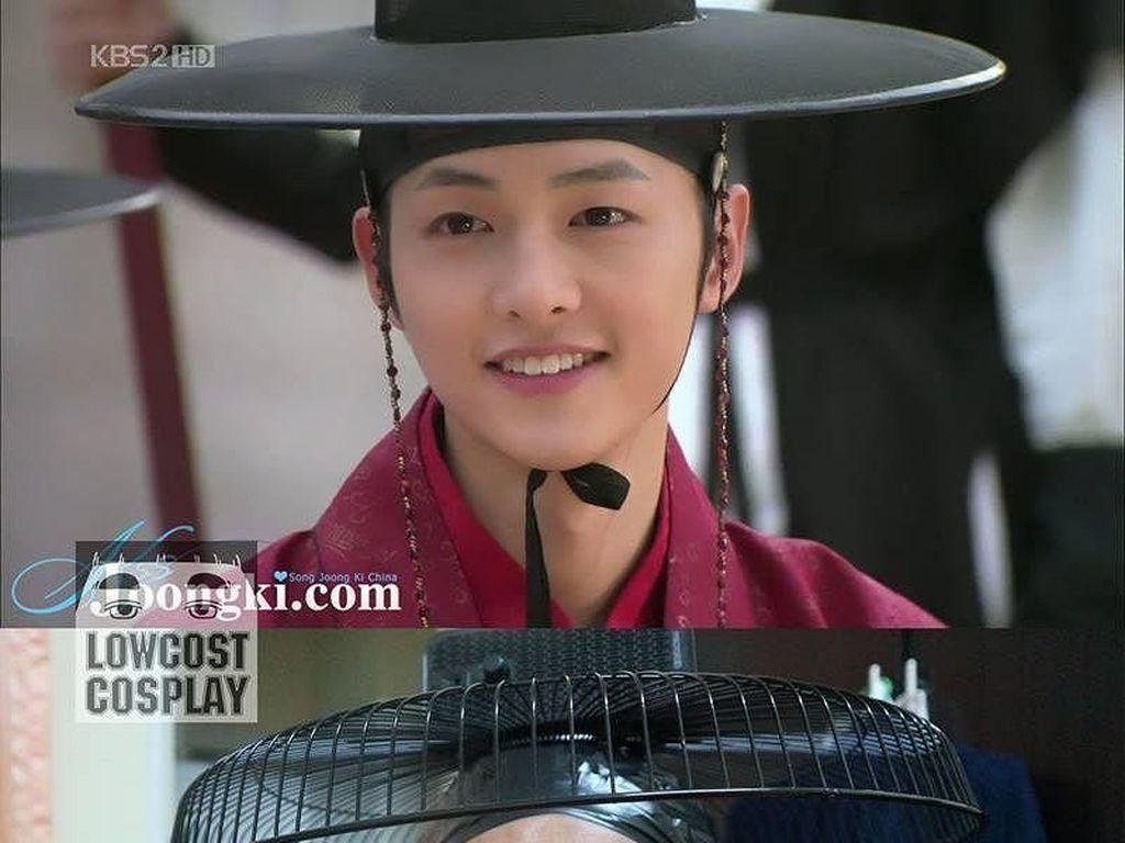 Kocak, Pria Ini Cosplay Jadi Song Joongki Hingga Kai EXO Pakai Benda Seadanya