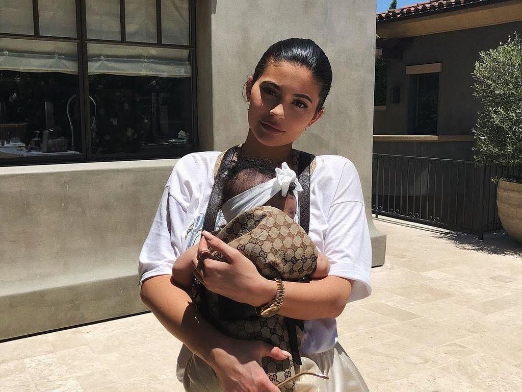Masih Bayi, Anak Kylie Jenner Punya Koleksi Sepatu yang Bikin Iri