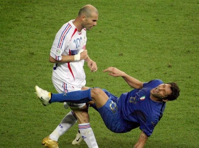 (FILES) In this file photo taken 09 July 2006 shows French midfielder Zinedine Zidane (L) gesturing after head-butting Italian defender Marco Materazzi during the World Cup 2006 final football match between Italy and France at Berlin's Olympic Stadium.   / AFP PHOTO / JOHN MACDOUGALL