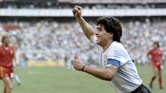 Argentinian forward Diego Maradona (L) jubilates after scoring a goal, during the World Cup semi final soccer match between Argentina and Belgium on June 25, 1986 in Mexico City. Argentina advanced to the final with a 2-0 victory. / AFP PHOTO / STAFF