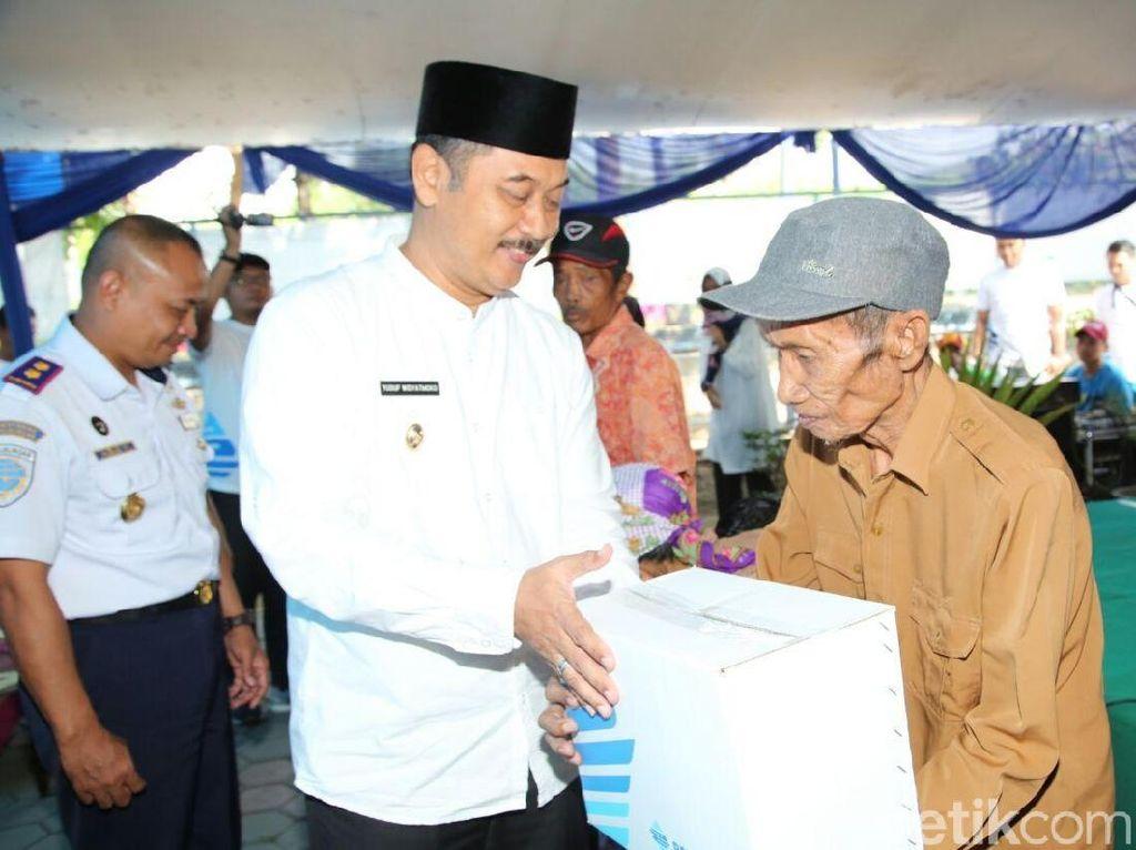 Wabup Yusuf Bagikan Sembako Gratis di Pelabuhan Tanjungwangi