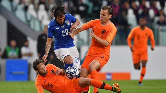 TURIN, ITALY - JUNE 04:  Simone Verdi of Italy competes for the ball with Daley Blind and Hans Hateboer of Netherlands during the International Friendly match between Italy and Netherlands at Allianz Stadium on June 4, 2018 in Turin, Italy.  (Photo by Valerio Pennicino/Getty Images)