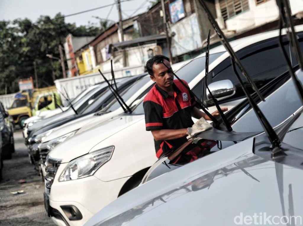 Geliat Taksi Online Gerus Bisnis Rental Mobil