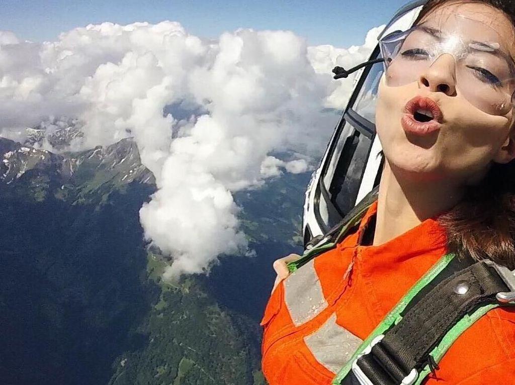 Si Cantik Sandra Olga Main Skydiving, Ngeri-ngeri Kocak!