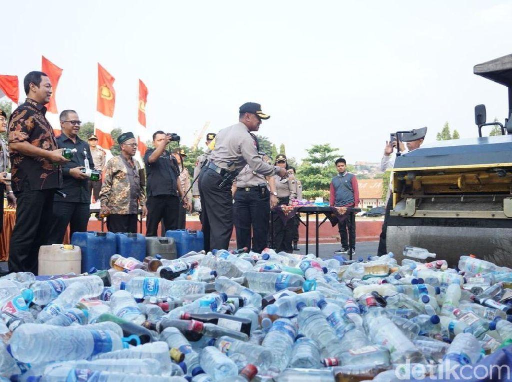 Jelang Lebaran, 7.269 Botol Miras Dimusnahkan di Semarang
