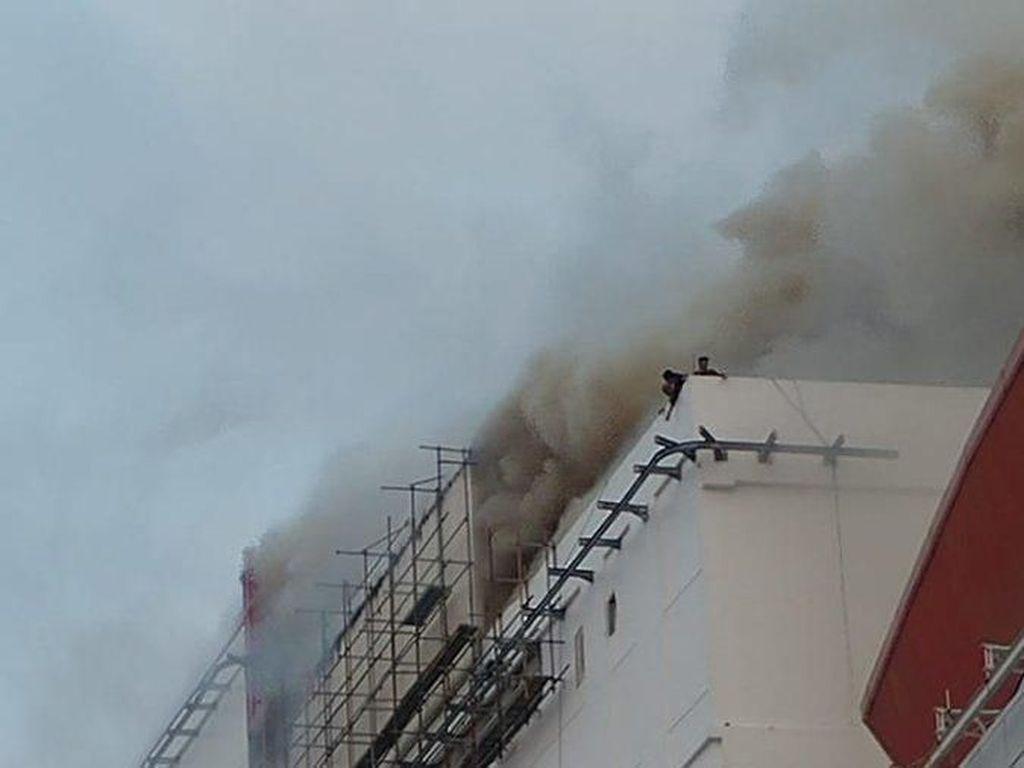 Foto: Penampakan Asap Membubung Tinggi Akibat Kebakaran di PRJ