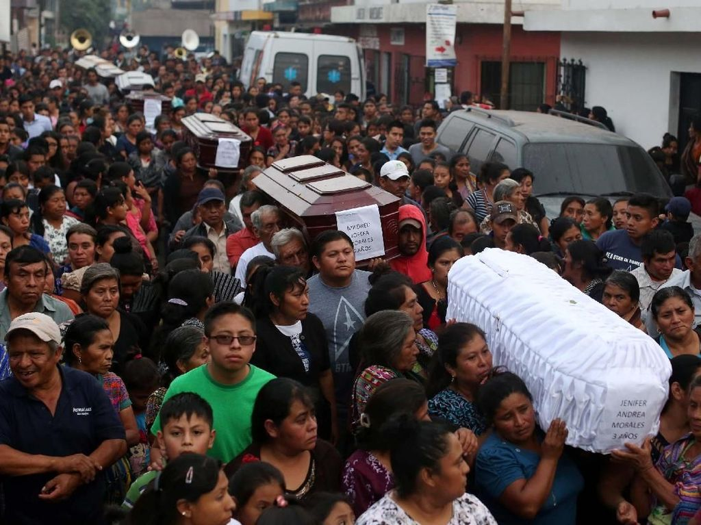 Duka Keluarga Iringi Pemakaman Korban Erupsi Gunung Fuego