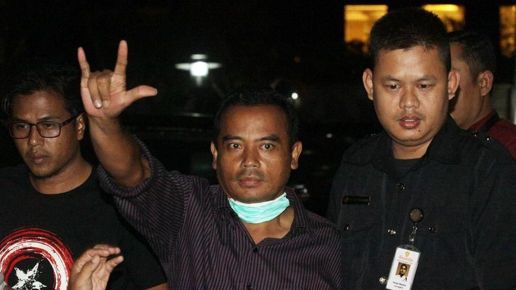 Foto: Salam Metal Bupati Purbalingga Saat Dibawa ke KPK