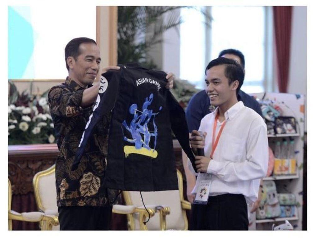 Bertemu di Istana, Bona Pencolek Jokowi Dihadiahi Jaket