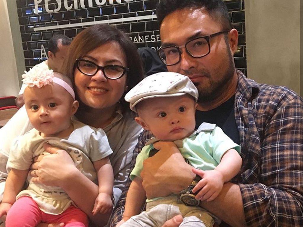 Surya Saputra dan Istri Berusaha Tahan Emosi saat Si Kembar Berantem