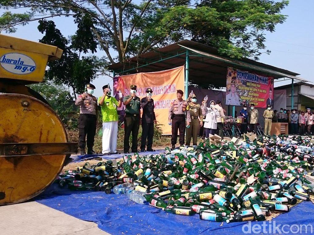Perangi Pekat, 6.237 Botol Miras Dimusnahkan di Demak