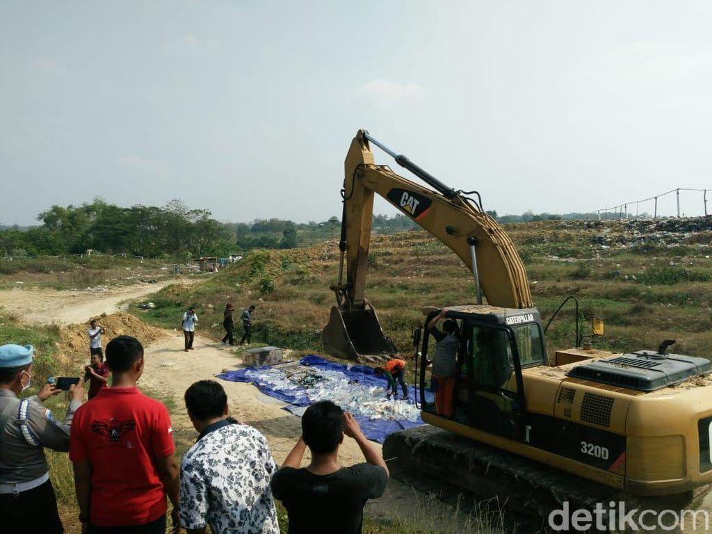 1.000 Liter Miras Dimusnahkan di TPA Bojonegoro