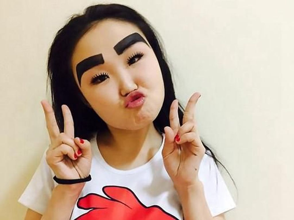 Tampil dengan Alis Angry Birds, Wanita Ini Mendadak Tenar