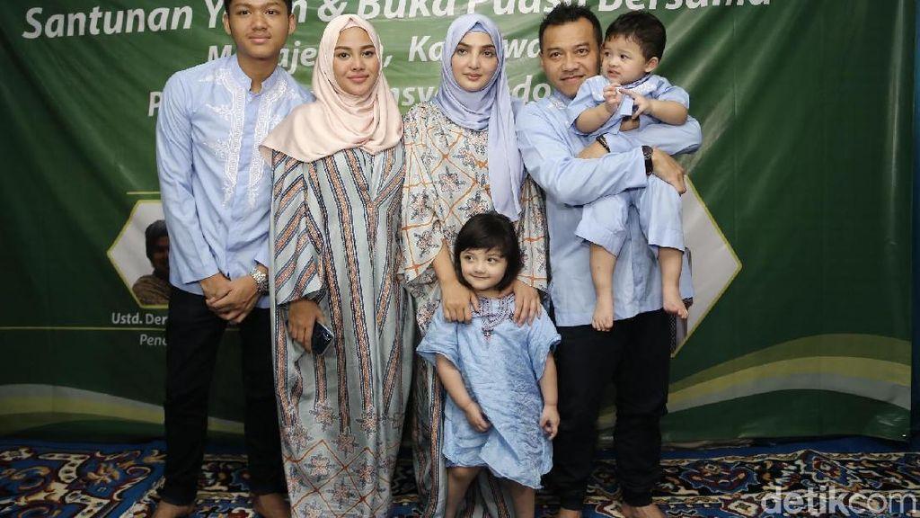 Keluarga Asix saat Buka Bersama dengan Yatim Piatu