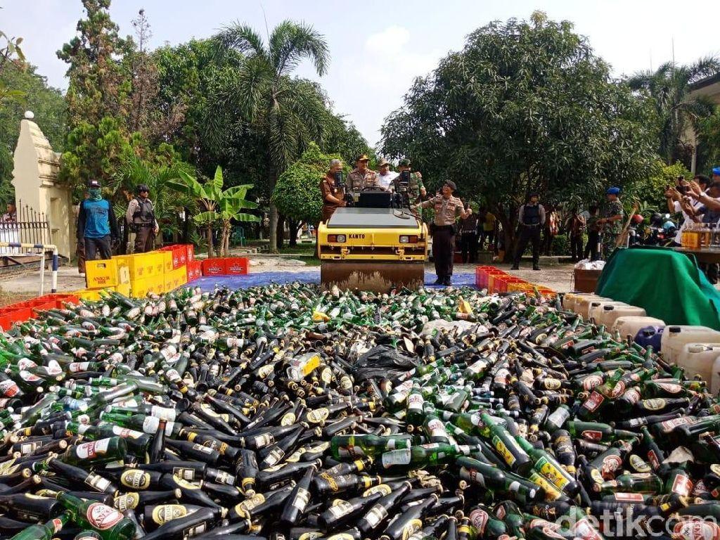 Polres Cilegon Musnahkan 9.771 Botol Miras