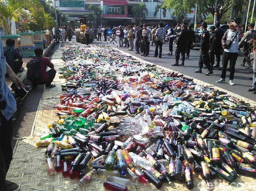 5.193 Botol Miras Sitaan Operasi Pekat di Pati Dimusnahkan