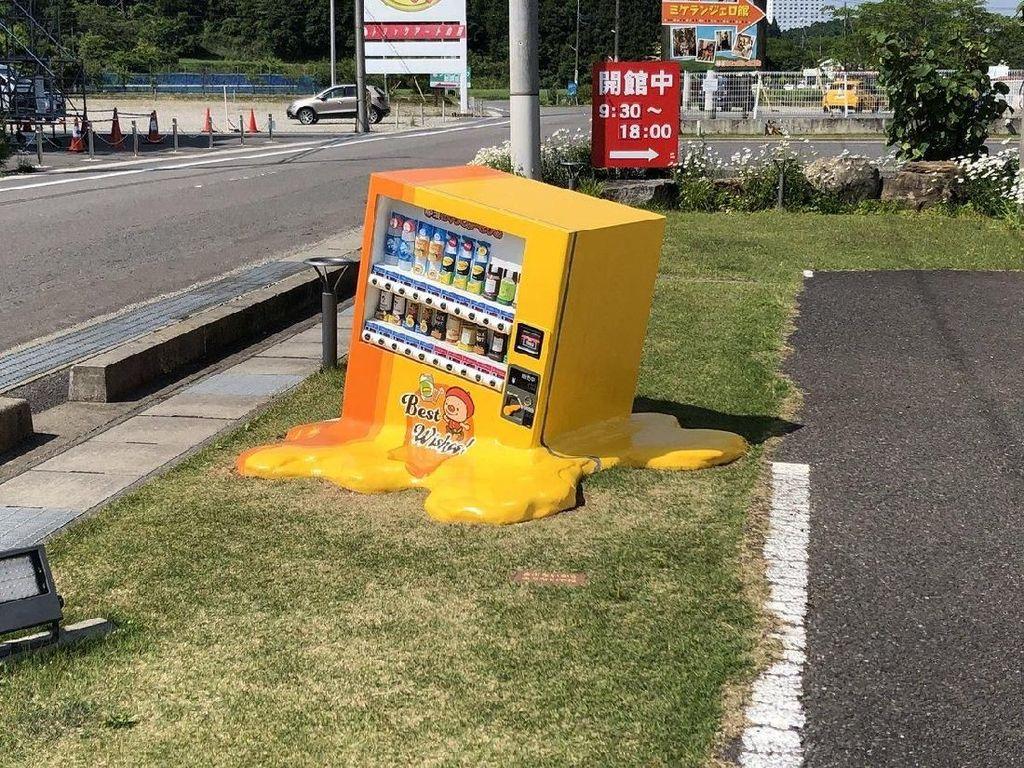 Vending Machine Meleleh di Jepang, Aneh Banget!