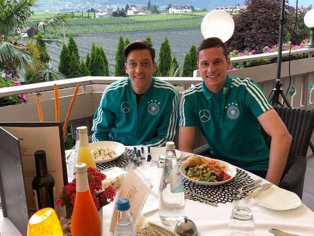 Pesepak Bola Arsenal, Mesut Ozil Ternyata Suka Banget Makan Enak