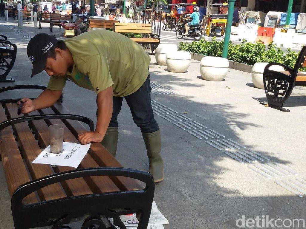 Biar Lebih Cantik, Kursi di Pedestrian Malioboro Dicat Ulang