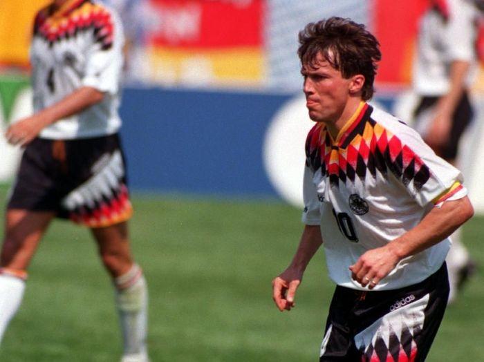 Pemain Jerman, Lothar Matthaeus, mengoleksi lima kartu, semuanya kartu kuning. Dia merupakan pemain dengan catatan laga terbanyak dengan 25 kali bermain. (Foto: Billy Stickland/AllSport)