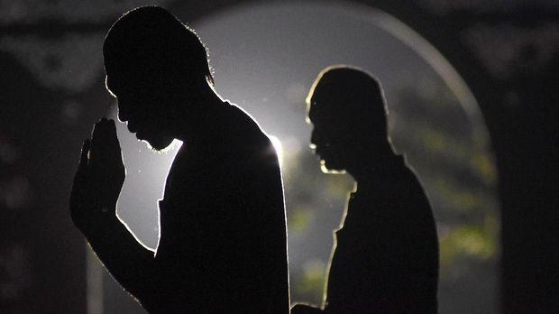 Umat muslim melakukan shalat sunnat berjamaah ketika itikaf di Masjid Nasional Al-Akbar Surabaya, Jawa Timur, Rabu (6/6) dini hari. Umat islam melakukan itikaf dengan melakukan dzikir, berdoa dan shalat sunnat untuk menantikan malam Lailatul Qadar. ANTARA FOTO/M Risyal Hidayat/ama/18