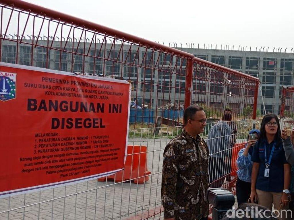 Suasana Penyegelan Bangunan Pulau Reklamasi D yang Dipimpin Anies