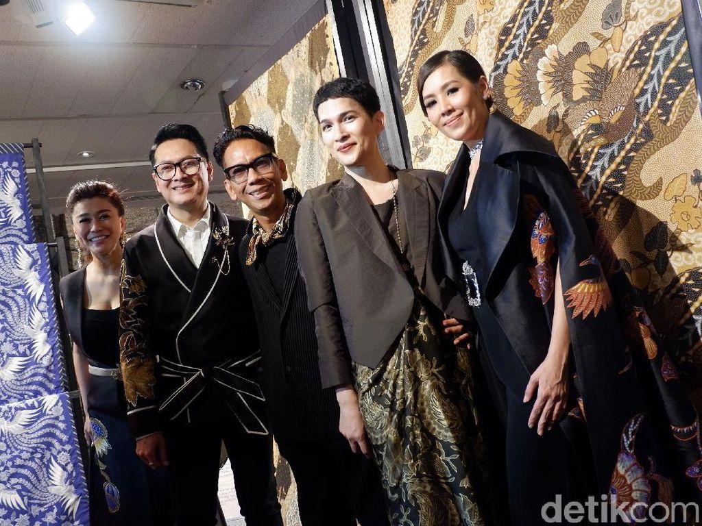 Rancangan Batik 3 Desainer Indonesia Disambut Meriah Warga Paris