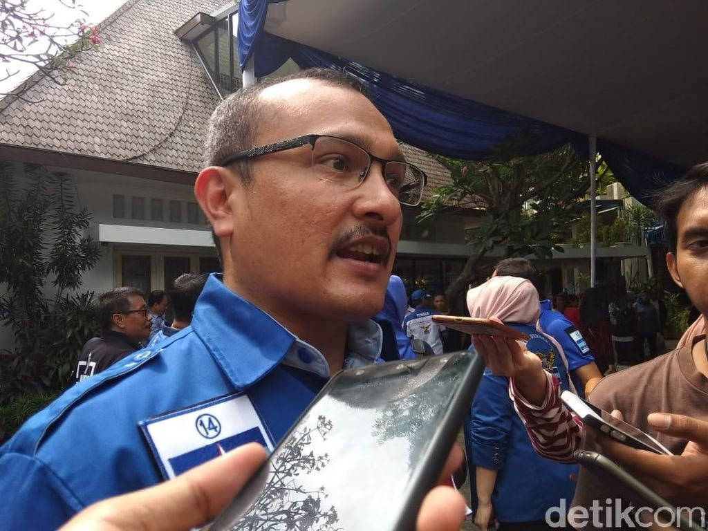 Kehidupan Pribadi Diviralkan, Ferdinand PD Minta Jokowi Tertibkan Pendukung