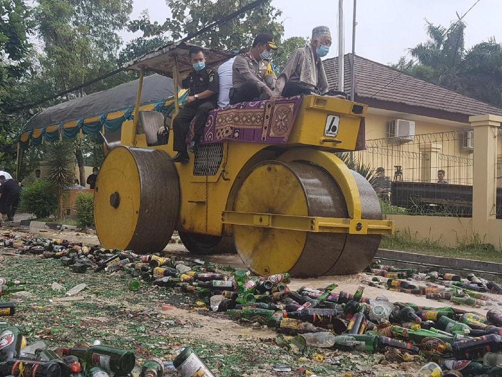 Ulama Banten dan Kapolda Buldoser Ribuan Botol Miras