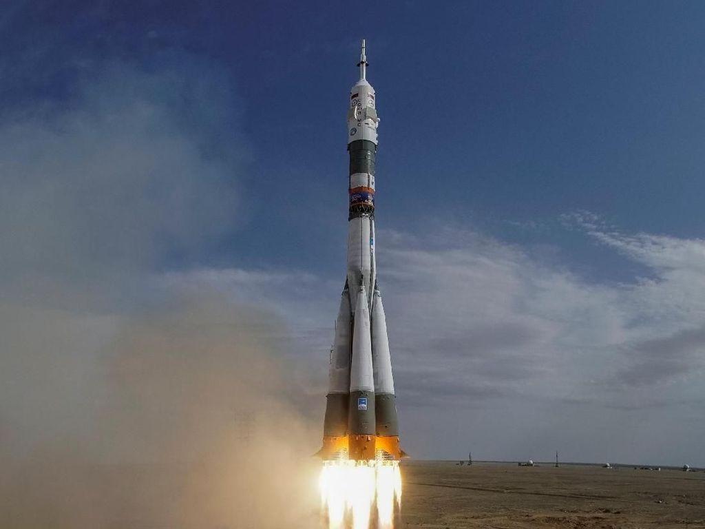 Detik-detik Roket Soyuz Meluncur Keluar Angkasa