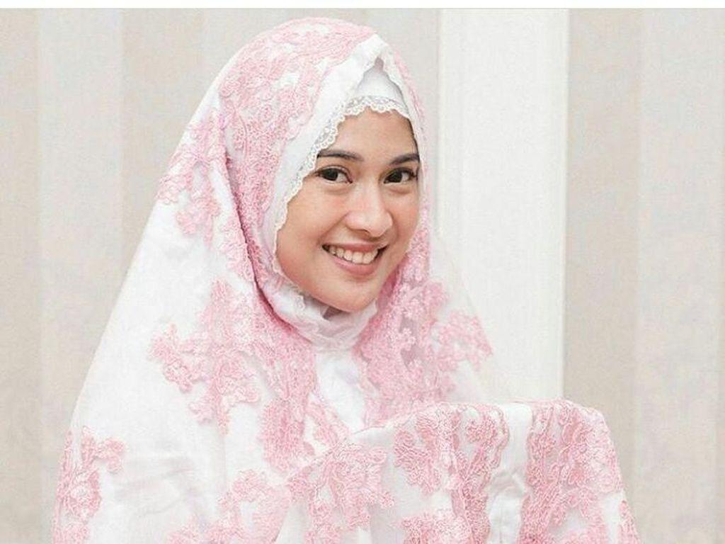 Ini Mukena Jutaan Rupiah Artis Indonesia: Dian Sastrowardoyo hingga Syahrini