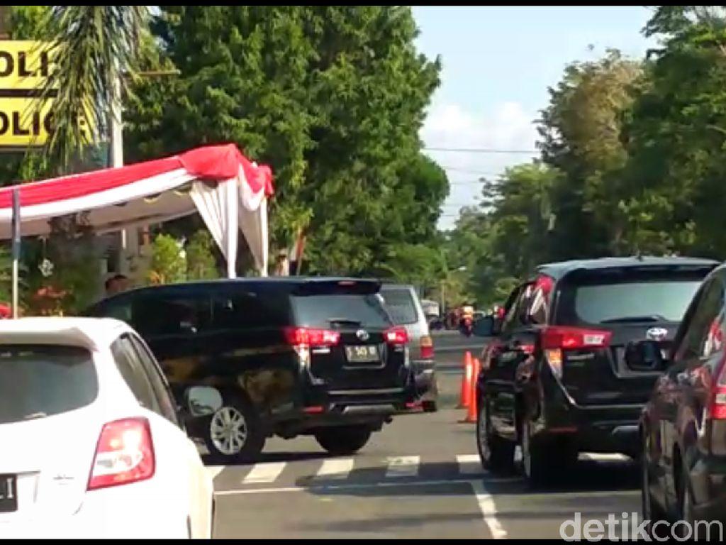 10 Mobil Petugas KPK Memasuki Mapolresta Blitar