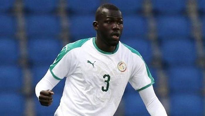 Kalidou Koulibaly. Bek tengah Senegal dari klub Napoli ini memiliki estimasi harga pasar sebesar 60 juta euro. (Foto: CHARLY TRIBALLEAU/AFP)