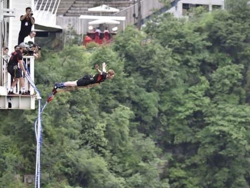 Foto: Bungee Jumping dari Jembatan Kaca Tertinggi Sedunia