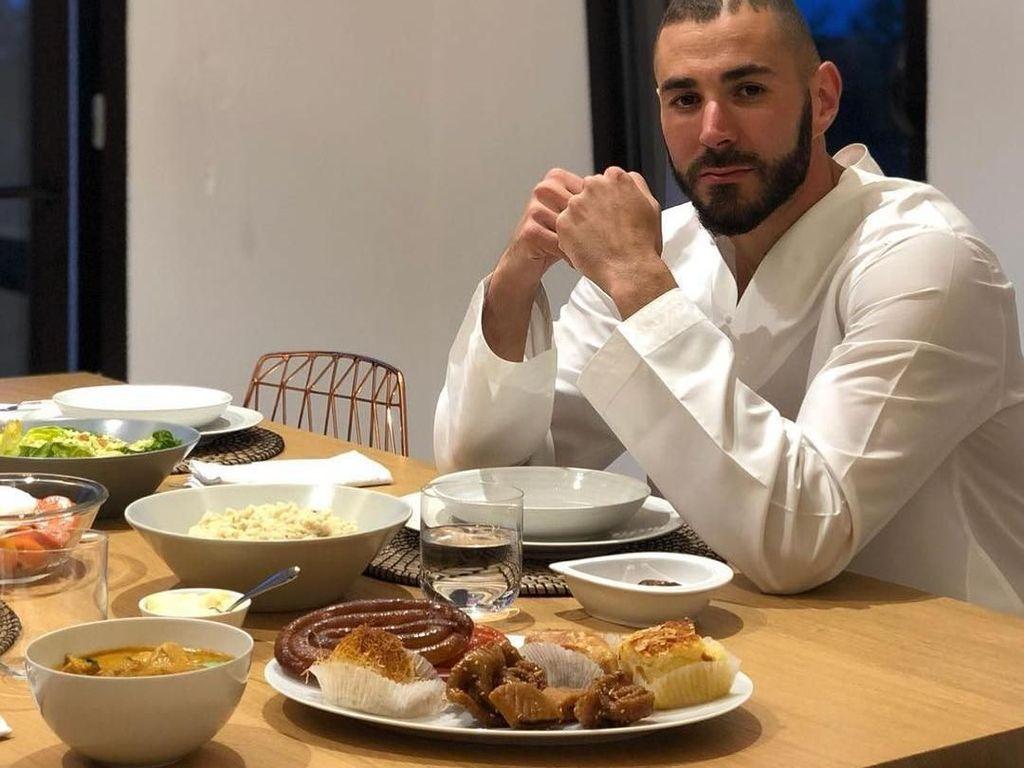 Lihat Nih Asyiknya Pesepak Bola Karim Benzema Saat Sedang Kulineran