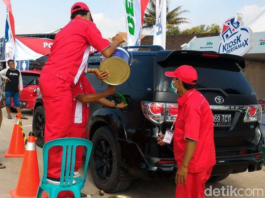 BBM Kaleng di Tol Salatiga-Colomadu Diserbu Pemudik