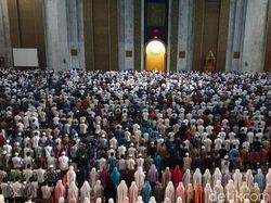 Puluhan Ribu Umat Muslim Berburu Lailatul Qadar di Masjid Al Akbar
