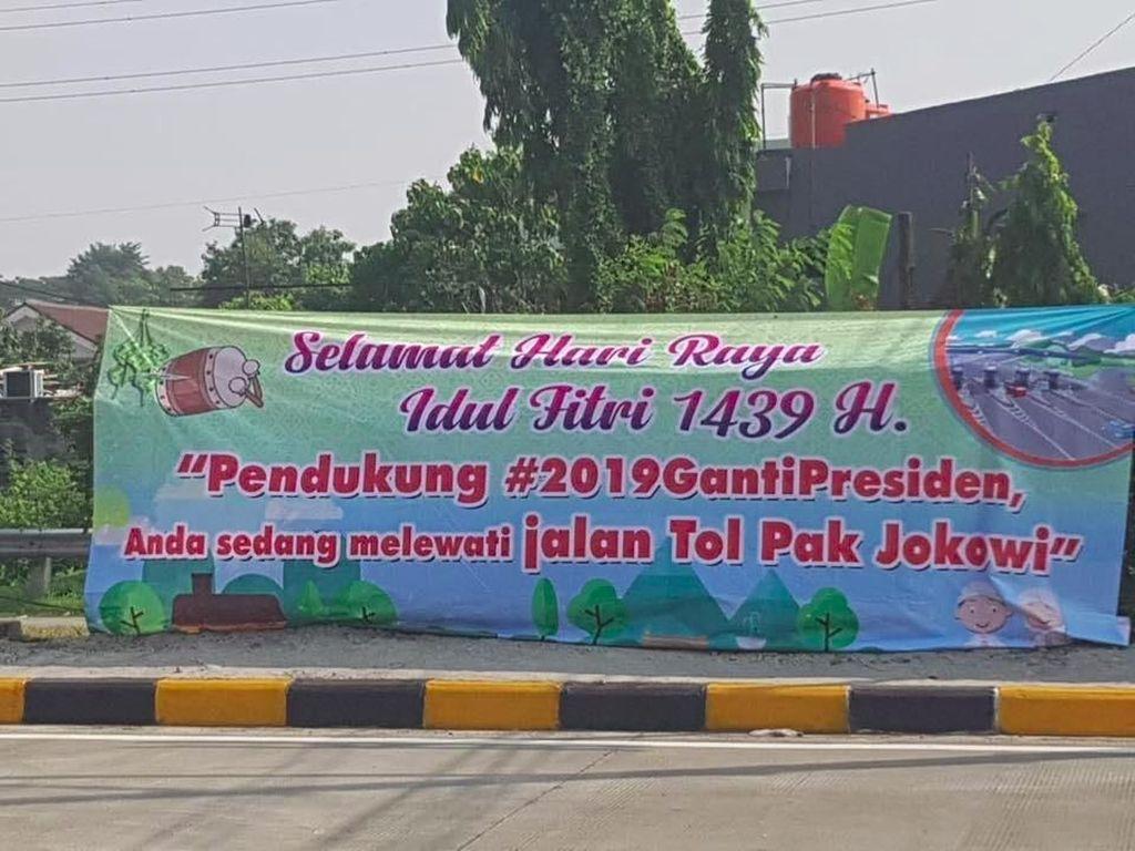 Ramai Spanduk Jalan Tol Pak Jokowi Bertebaran saat Mudik